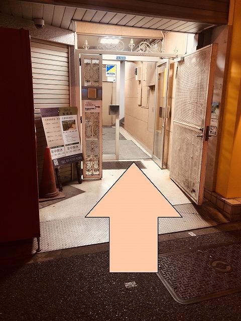 1階がココロカフェ。 この扉を入って、2階です。
